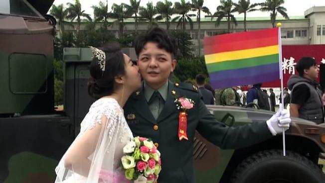 A Taiwan nozze gay di militari con tanto di parata dellesercito