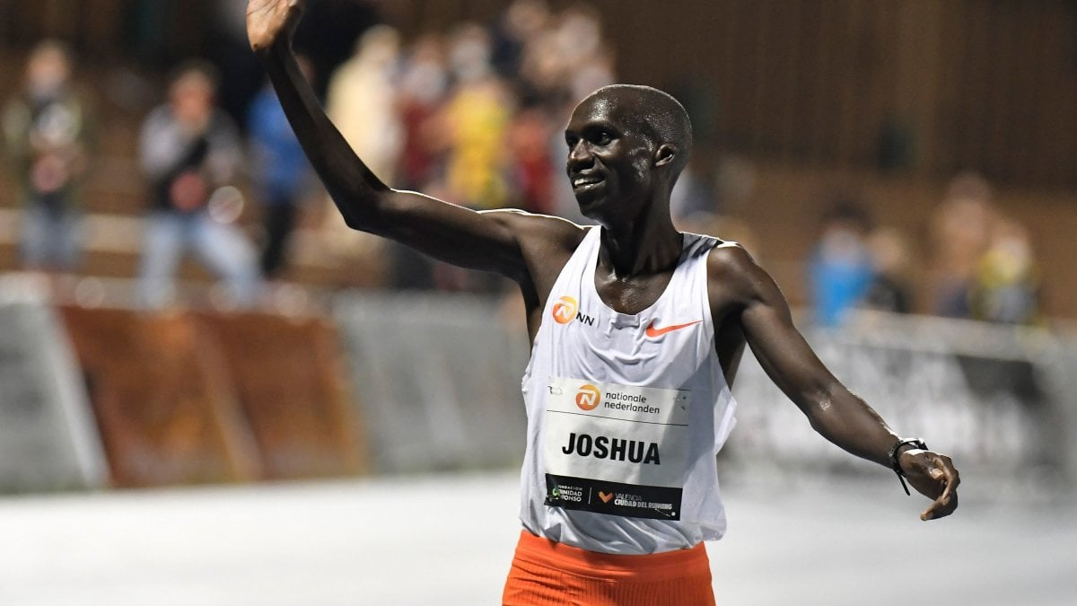 Atletica notte da record a Valencia Cheptegei re dei 10mila metri maschili. In campo femminile Gidey abbatte il limite dei 5mila