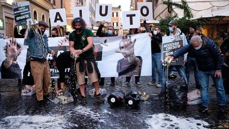 Coronavirus Roma la protesta dei 100 locali da Freni e Frizioni a Rude Chiediamo dignita
