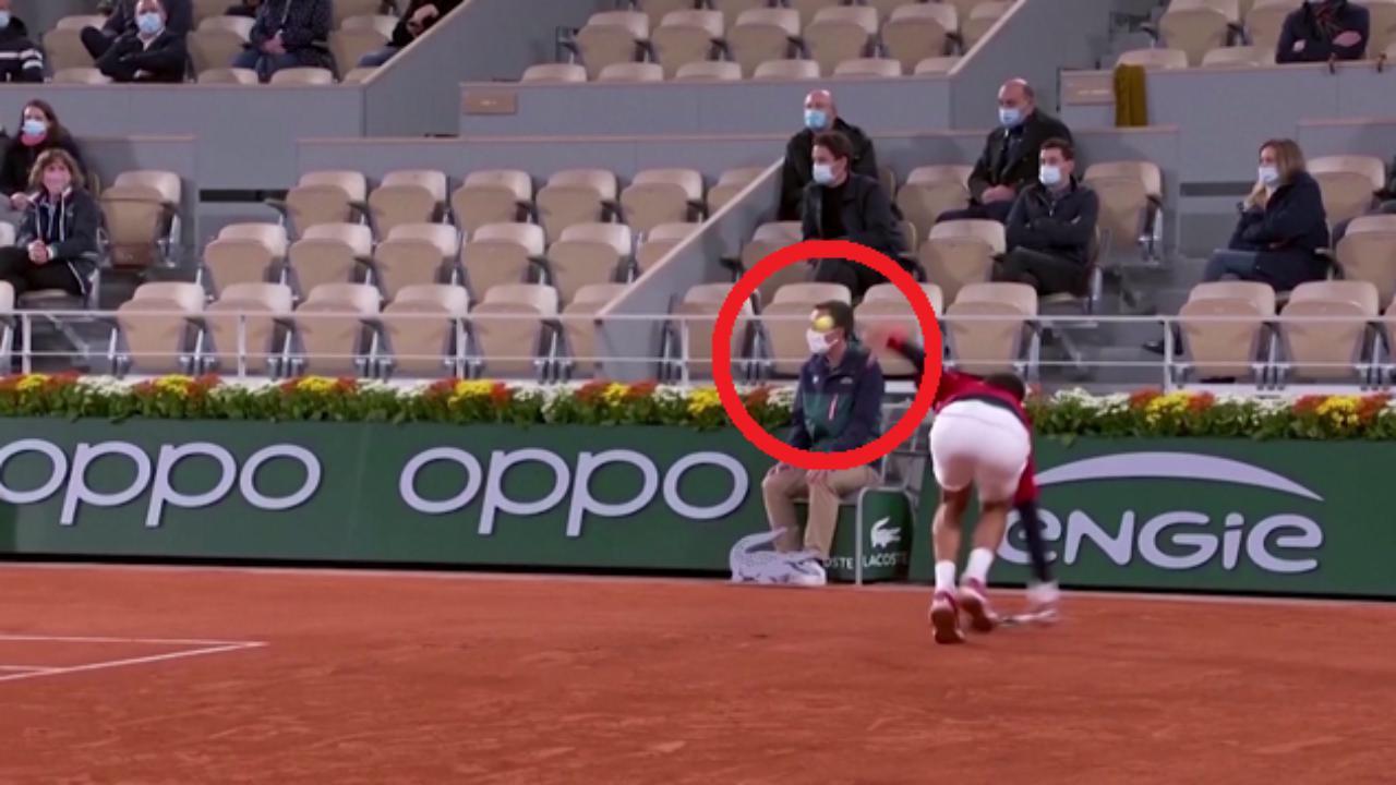 Djokovic lo fa di nuovo colpisce un giudice di linea con una pallina