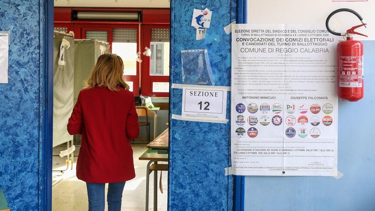 Elezioni comunali chiuse le urne per i ballottaggi al via lo spoglio. A Reggio Calabria Falcomata in vantaggio