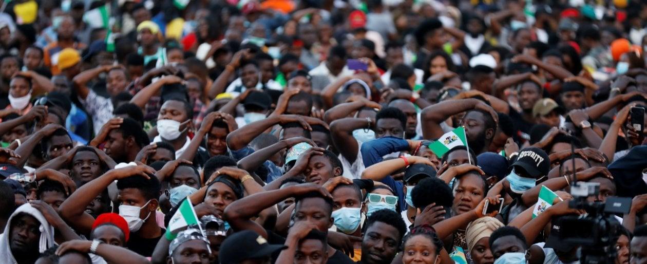 I giovani nigeriani in piazza per sfidare governo e polizia