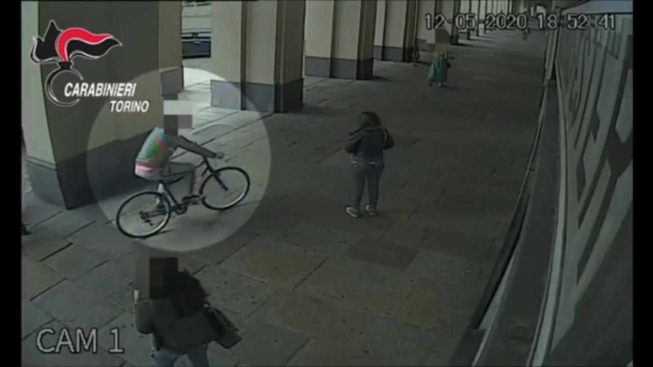 Lo scippatore colpisce in bicicletta cosi derubava le sue vittime