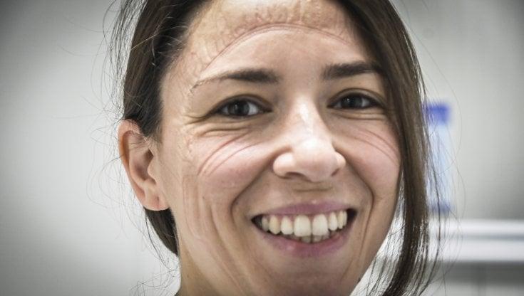 Napoli ecco linfermiera del Covid Hospital con i segni della maschera sul volto