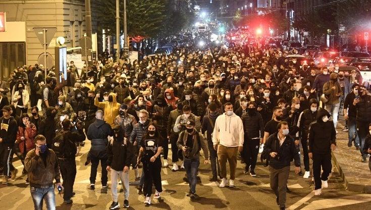 Napoli manifestanti in strada nella prima notte di coprifuoco scontri davanti alla Regione
