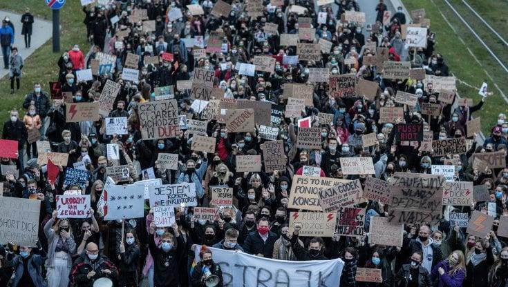 Polonia il premier condanna la barbarie delle manifestazioni contro la legge sullaborto