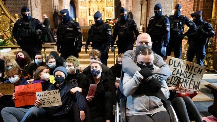 Polonia le donne fanno irruzione nelle chiese per protestare contro le restrizioni sullaborto