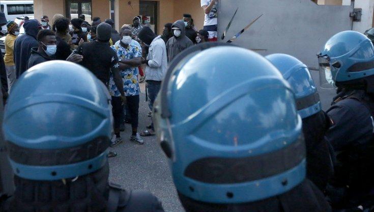 Roma immigrati in quarantena scoppia la rivolta in un centro daccoglienza al Prenestino