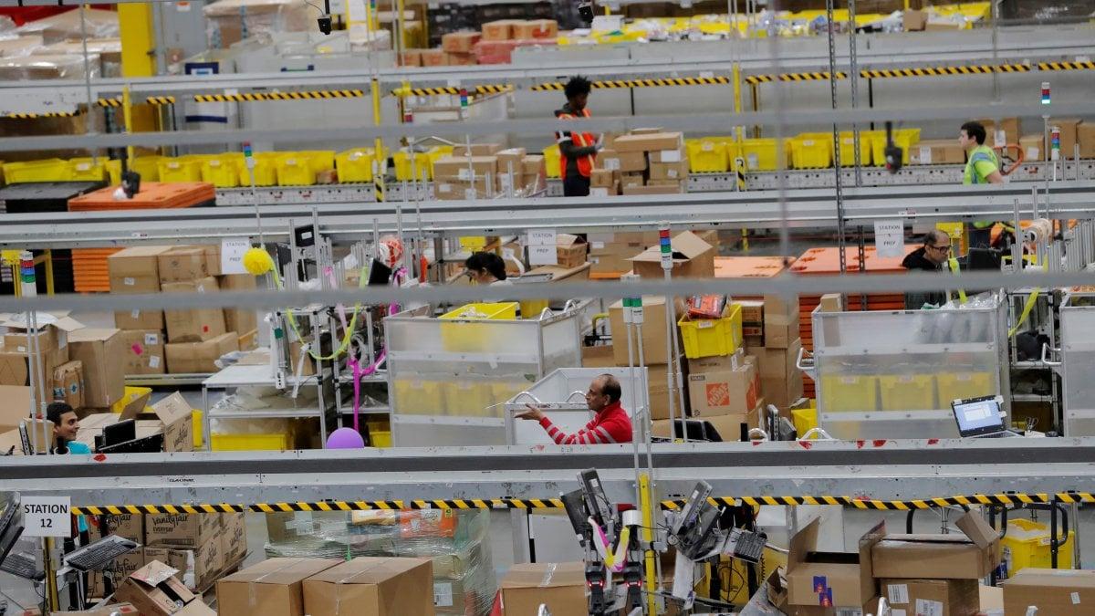 Secondo Amazon la convivenza fra umani e robot nei magazzini non va affatto male