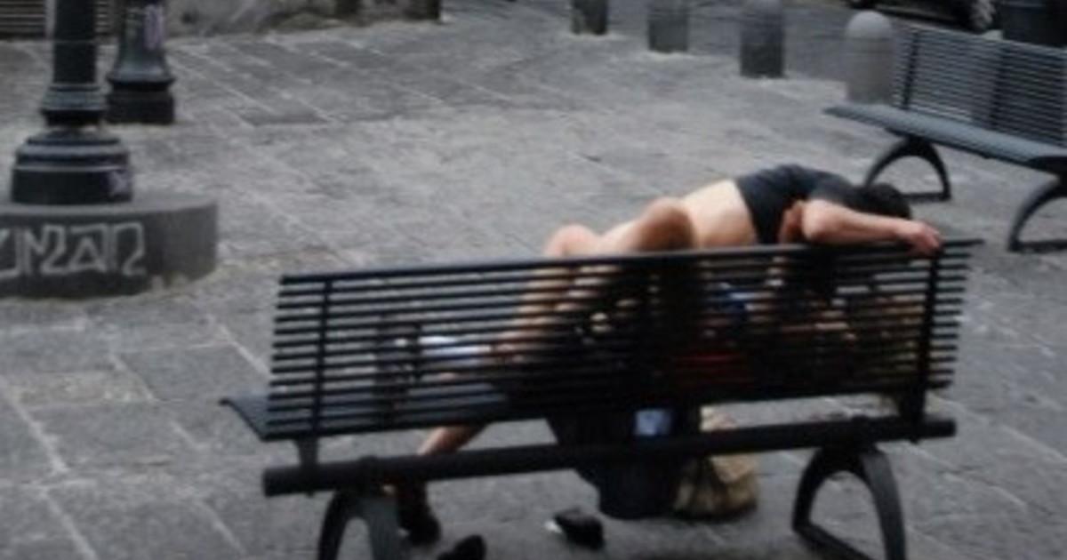 Si siedono poi si avvicinano si avvinghiano e.... La coppia di adolescenti che scandalizza le mamme di Pesaro