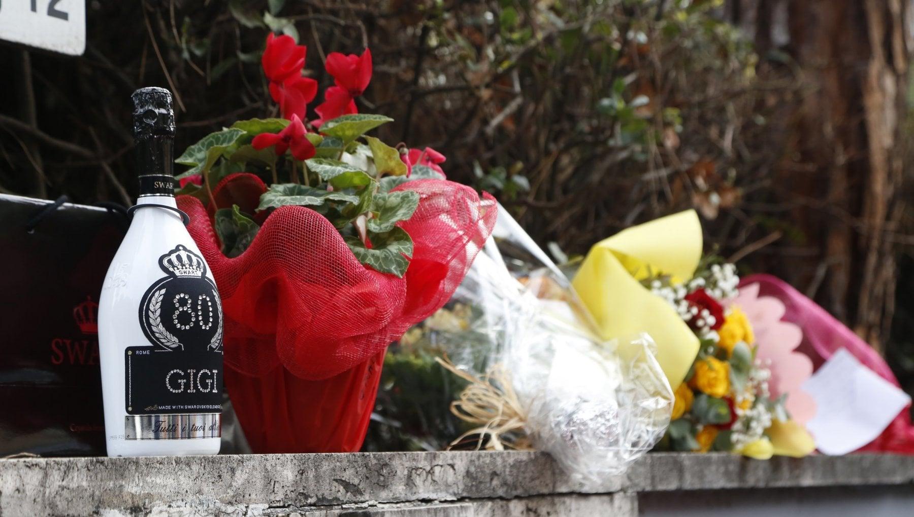 Addio Gigi Proietti funerali giovedi in piazza del Popolo e lutto cittadino. In tanti arrivano in clinica a rendergli omaggio