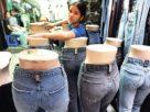 Anche i jeans sporcano la terra