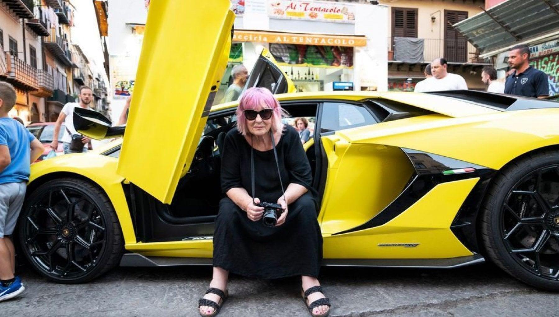 Auto e bimbe bufera su Letizia Battaglia. Quegli scatti che dividono pure i suoi fan