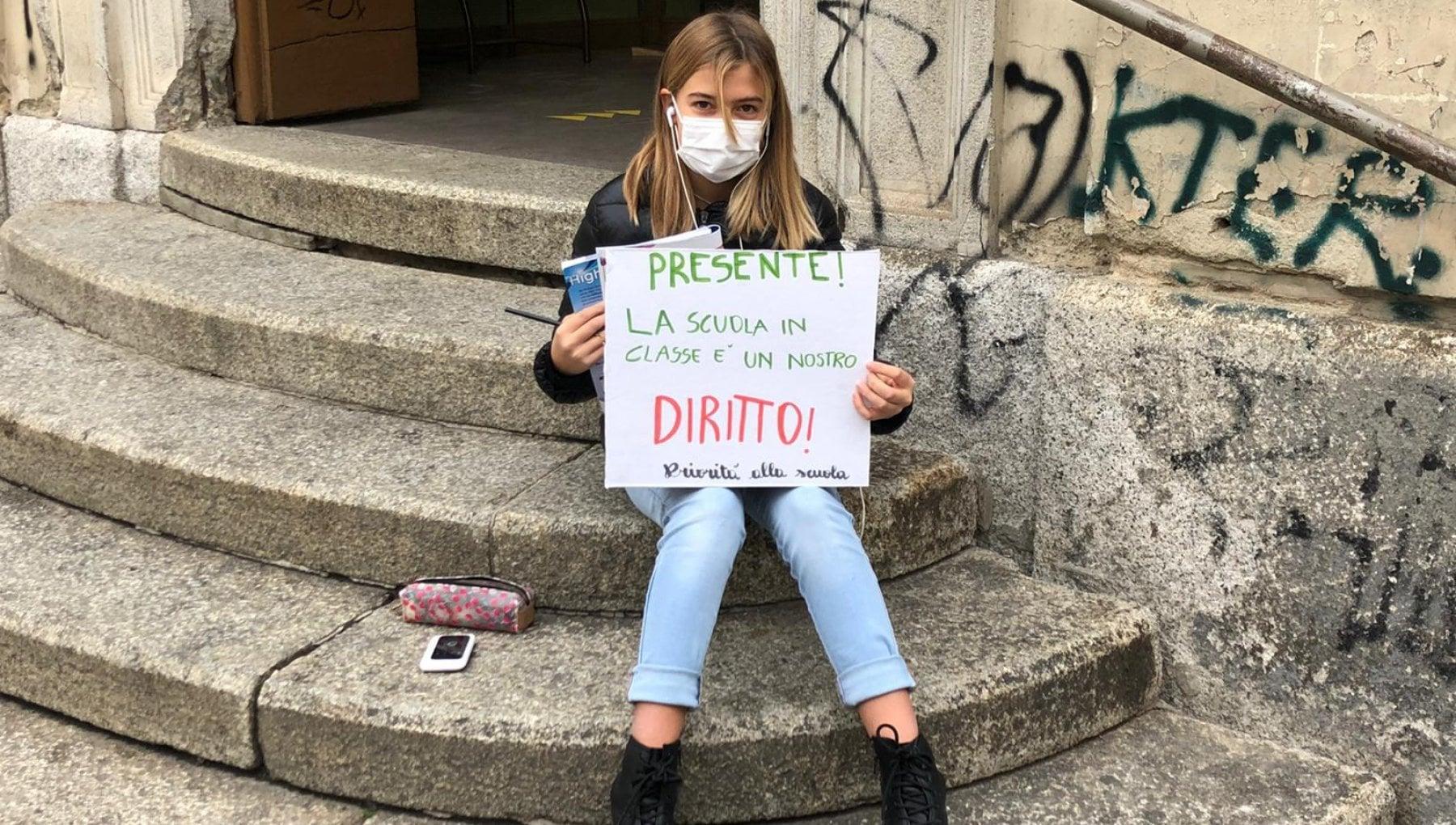 Azzolina chiama Anita dodicenne di Torino che fa lezione davanti alla scuola chiusa Sei ammirevole