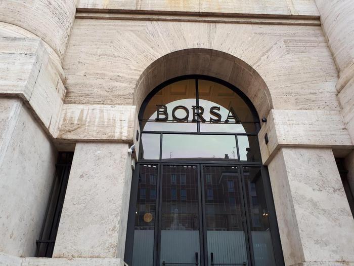 Borsa Milano gira in flessione 03 pesanti i bancari