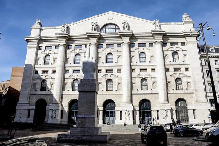 Borsa bene Milano 04 con banche e auto giu Atlantia