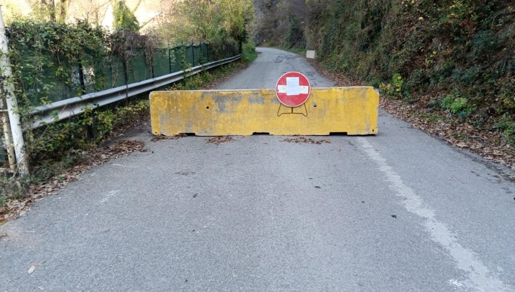 Comune del Piacentino mette barriere di cemento agli accessi alle zone rosse