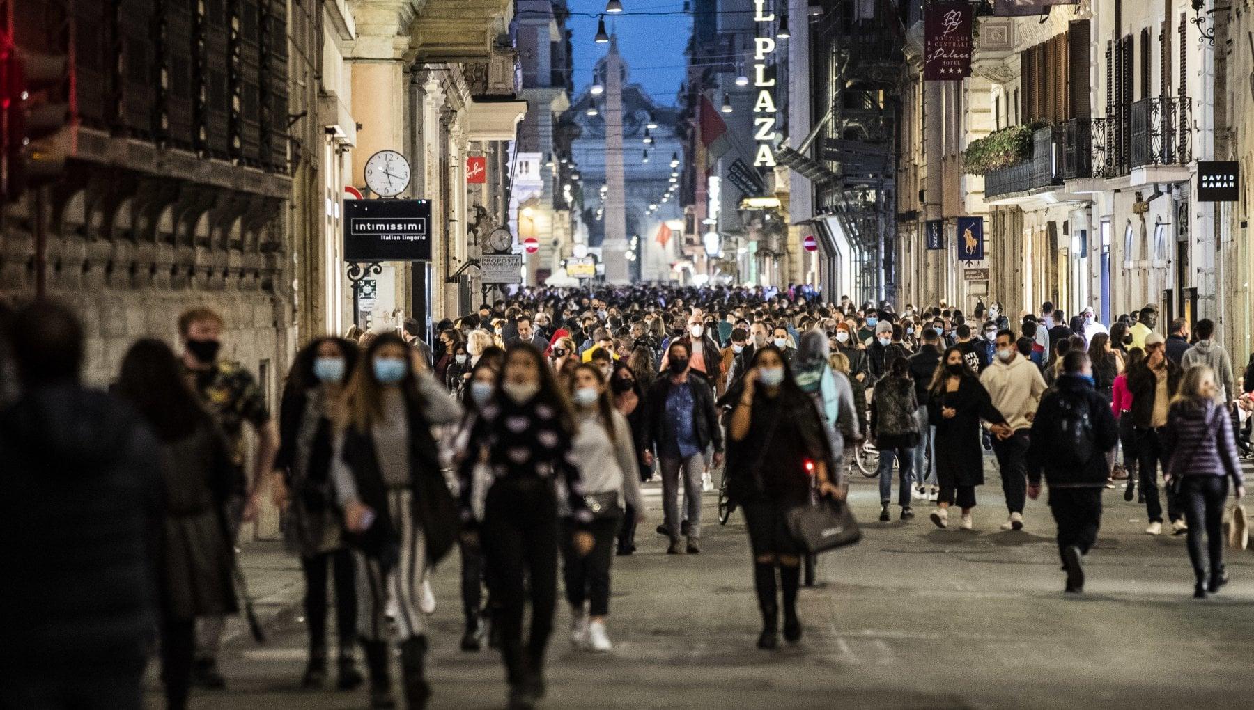 Coronavirus Roma strade a numero chiuso nel week end per Tridente Prati e Ostia. Verso stop a maxi store