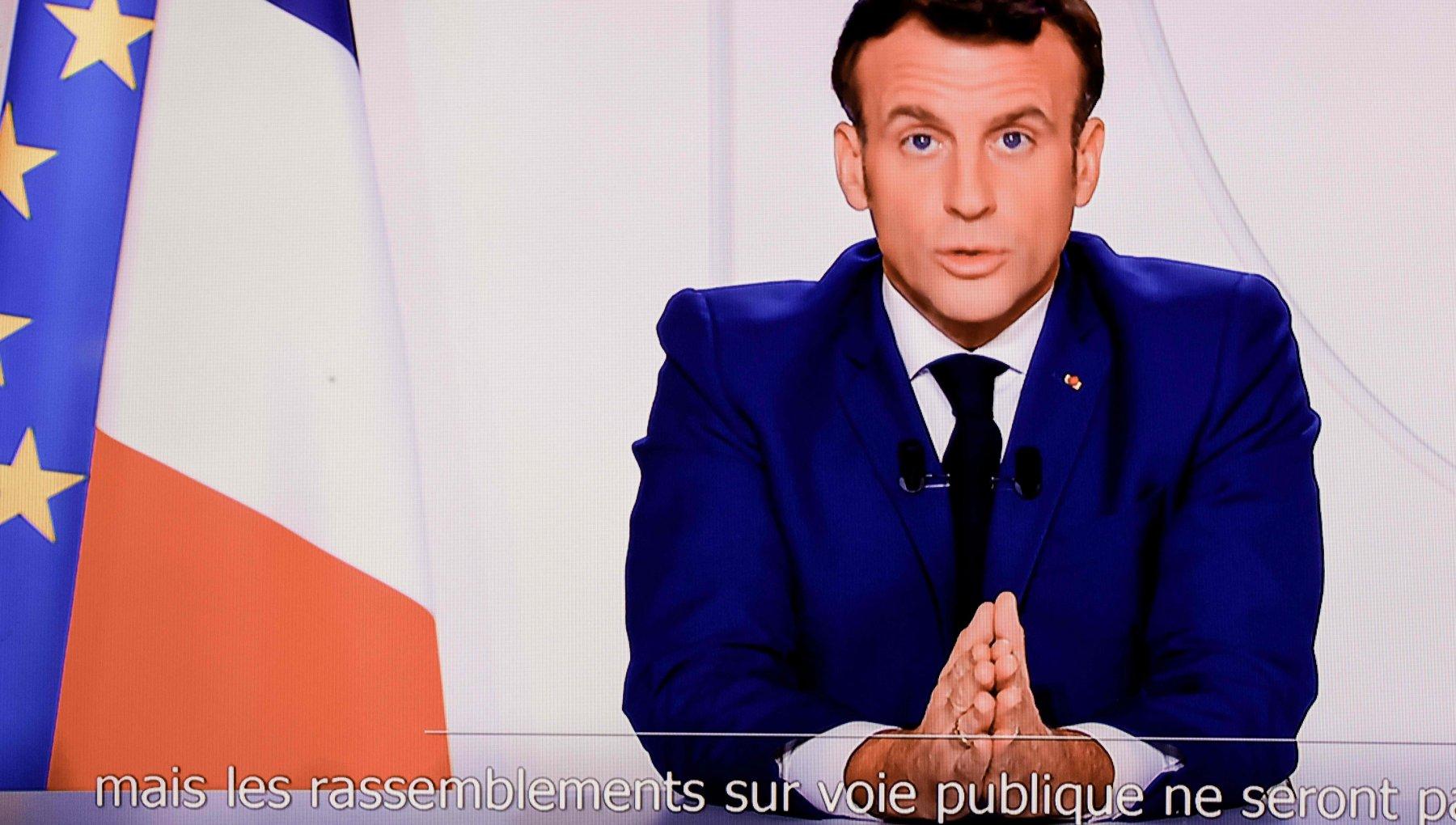 Francia Macron Da sabato riapriranno i negozi. Dal 15 dicembre coprifuoco dalle 21