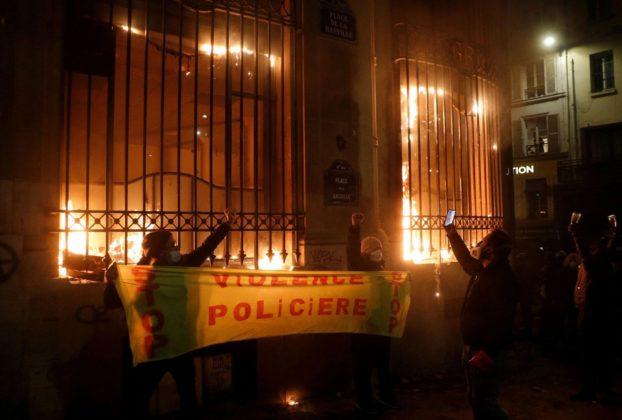 Francia migliaia in piazza contro la violenza della polizia auto in fiamme sassaiole e lacrimogeni alla Bastiglia