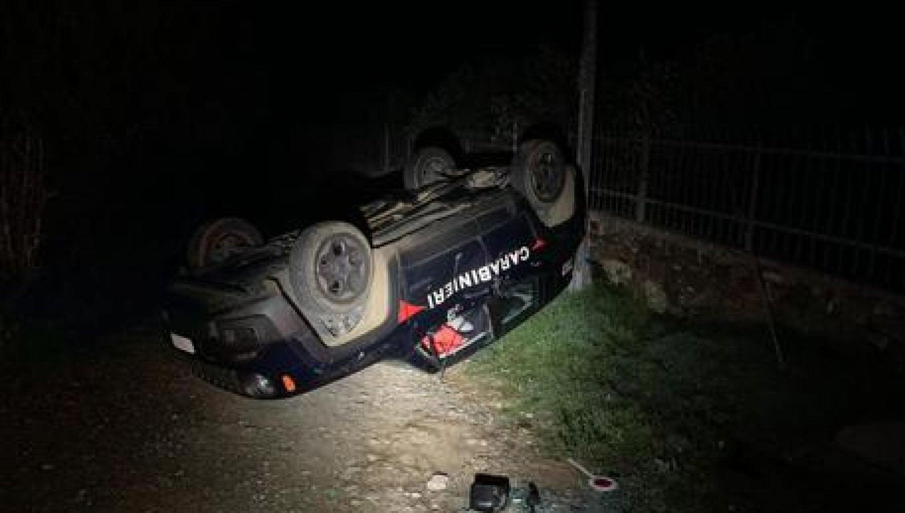 Gli ritirano la patente ribalta con la ruspa auto dei carabinieri ristoratore arrestato per tentato omicidio