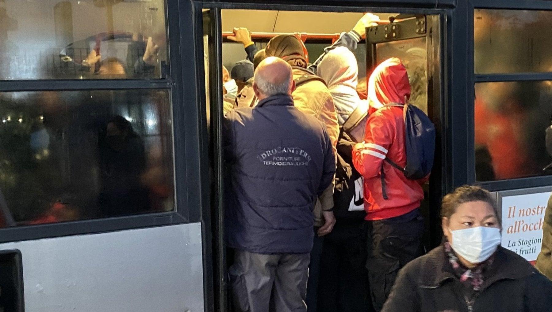 Il lunedi nero dei trasporti a Roma si ferma tutta la metro C disagi bus stracolmi e navette il tilt