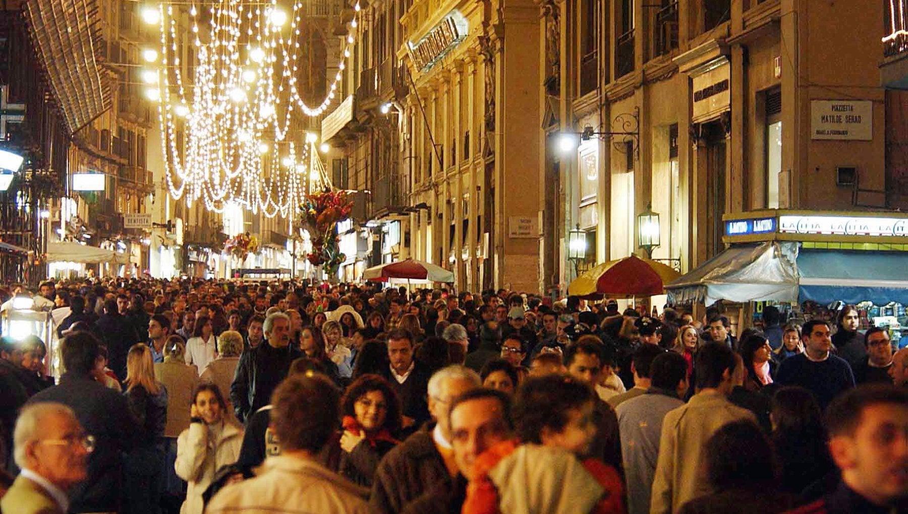 Il monito del Cts Controlli e sanzioni per lo shopping di Natale altrimenti terza ondata a gennaio