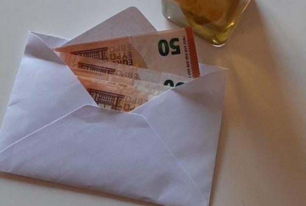 La donazione di una donna al Comune dopo i lutti per il Covid Sono 500 euro comprate regali per i bambini