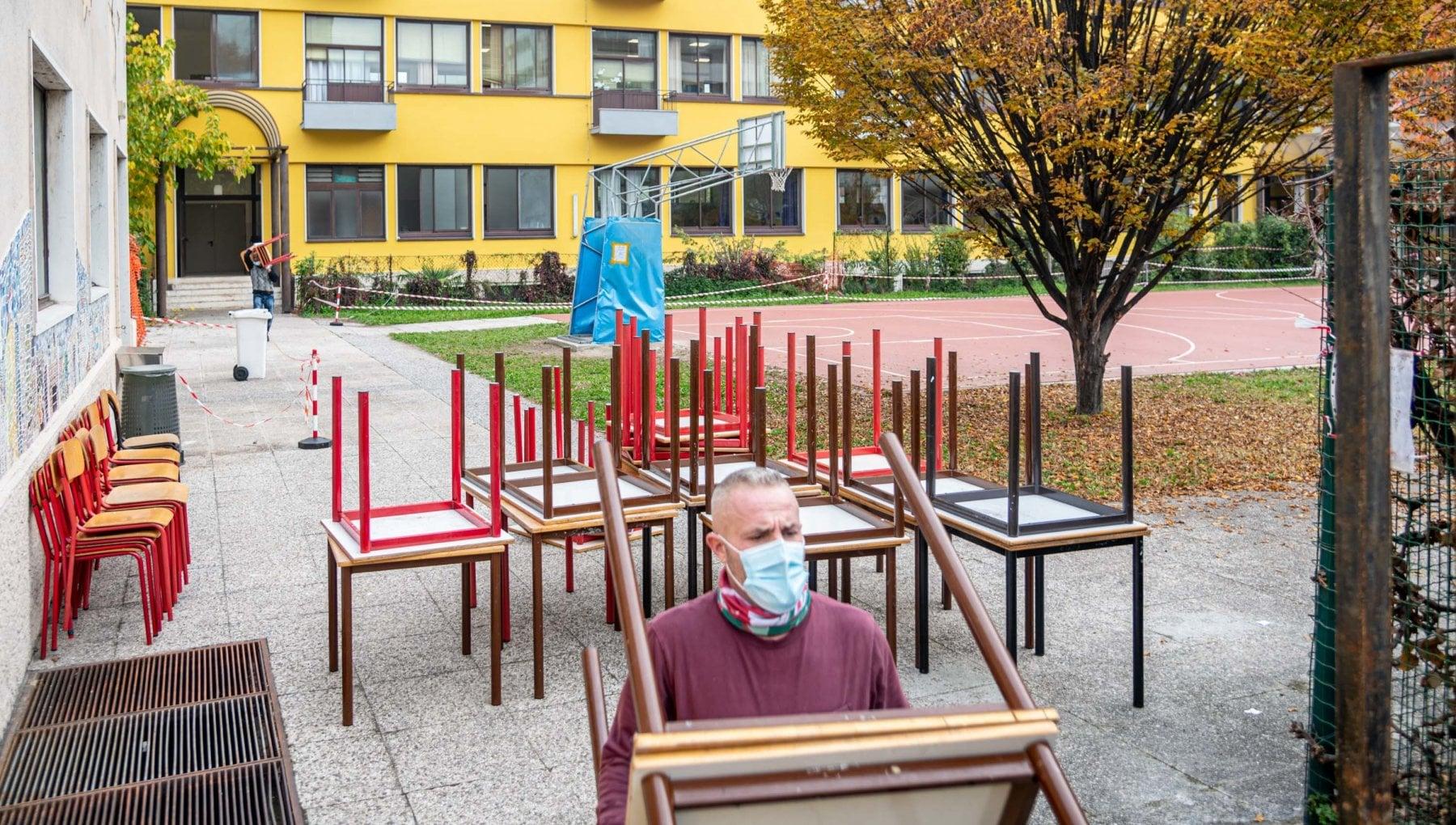 La rinascita dei banchi di scuola nella colonia estiva per i bambini