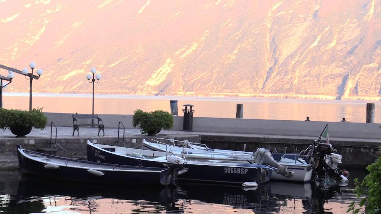 Lago di Garda diviso a meta da un lato zona rossa dallaltro si pranza al ristorante di A. Lattanzi