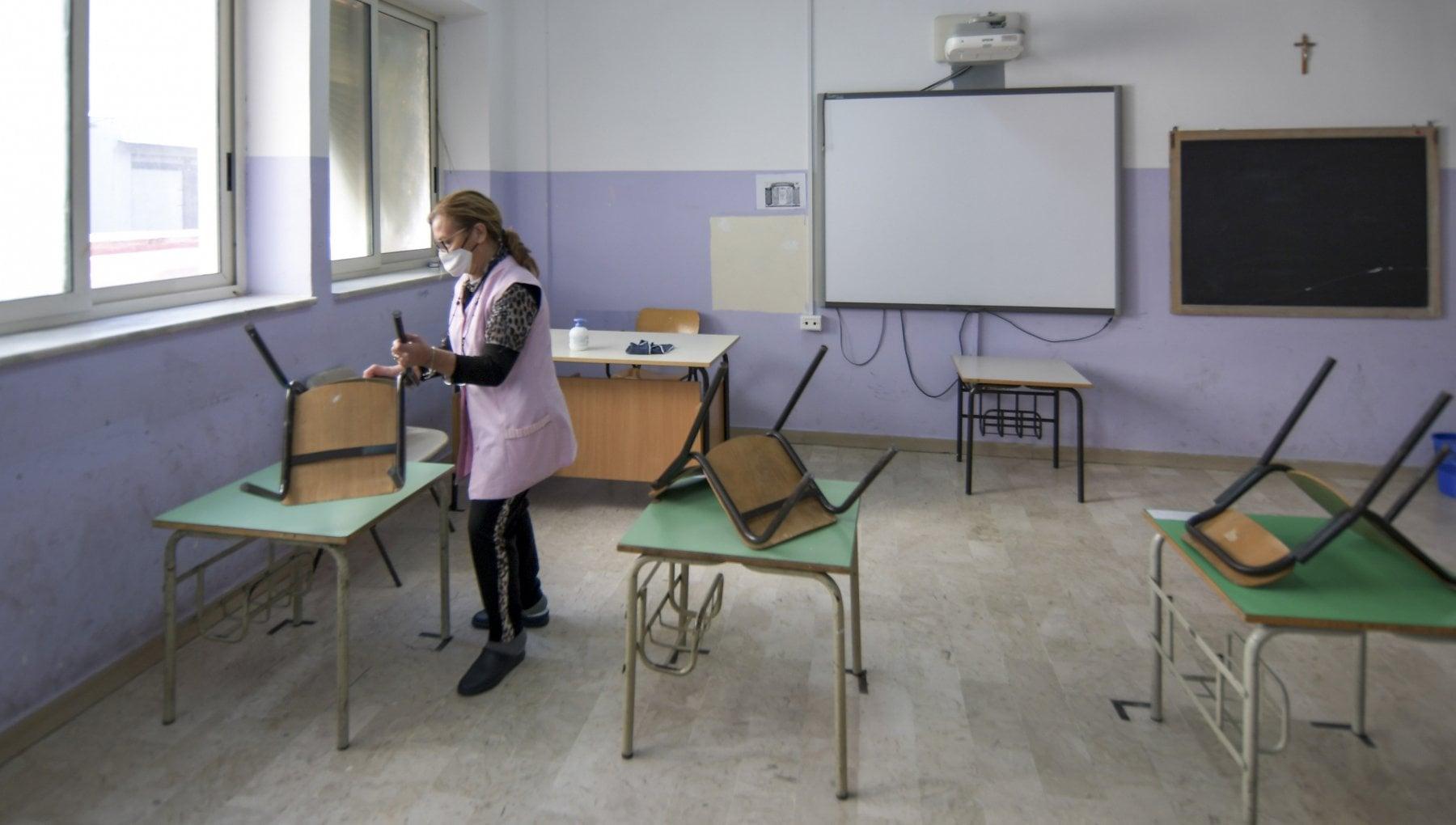 Le scuole e la pandemia saltano mensa e servizi. Un terzo dei laboratori usati come aule