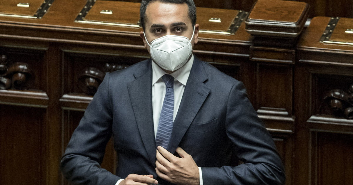 Luigi Di Maio doppio gioco con Berlusconi di giorno lo insulta di notte scodinzola
