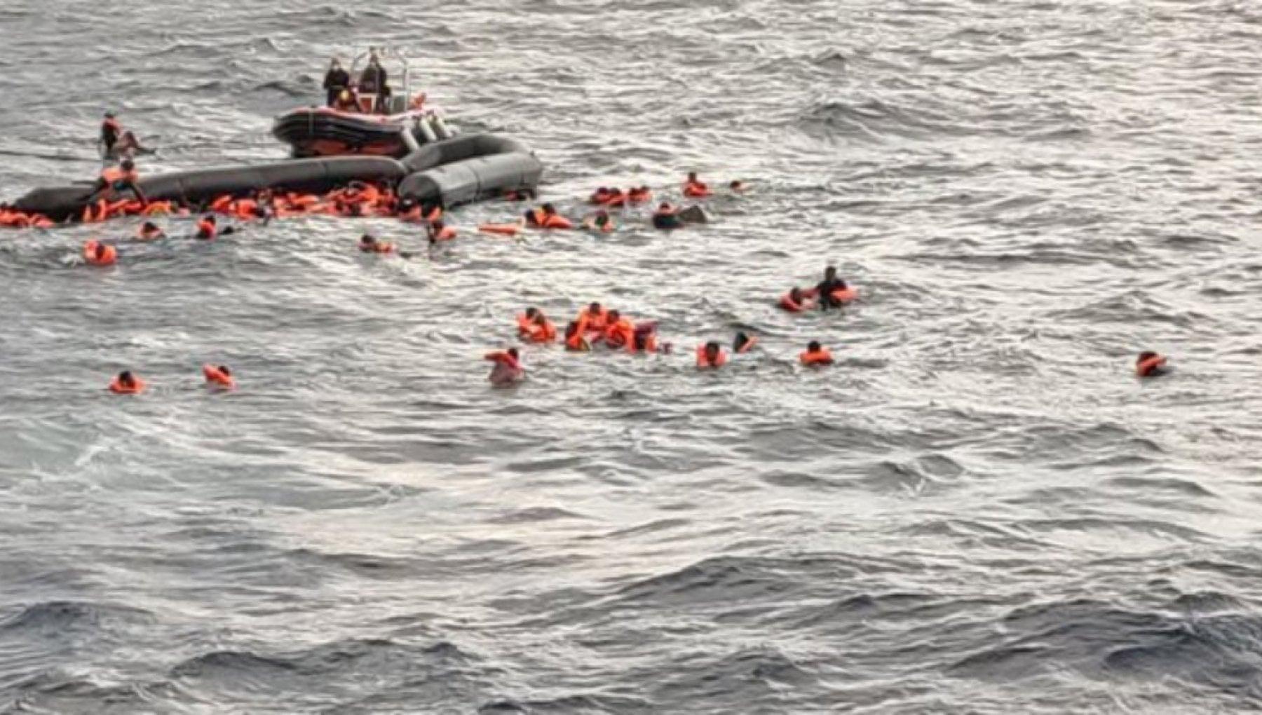 Migranti gommone affonda nel Mediterraneo. Centinaia di persone in acqua i volontari di Open Arms si tuffano per salvarli