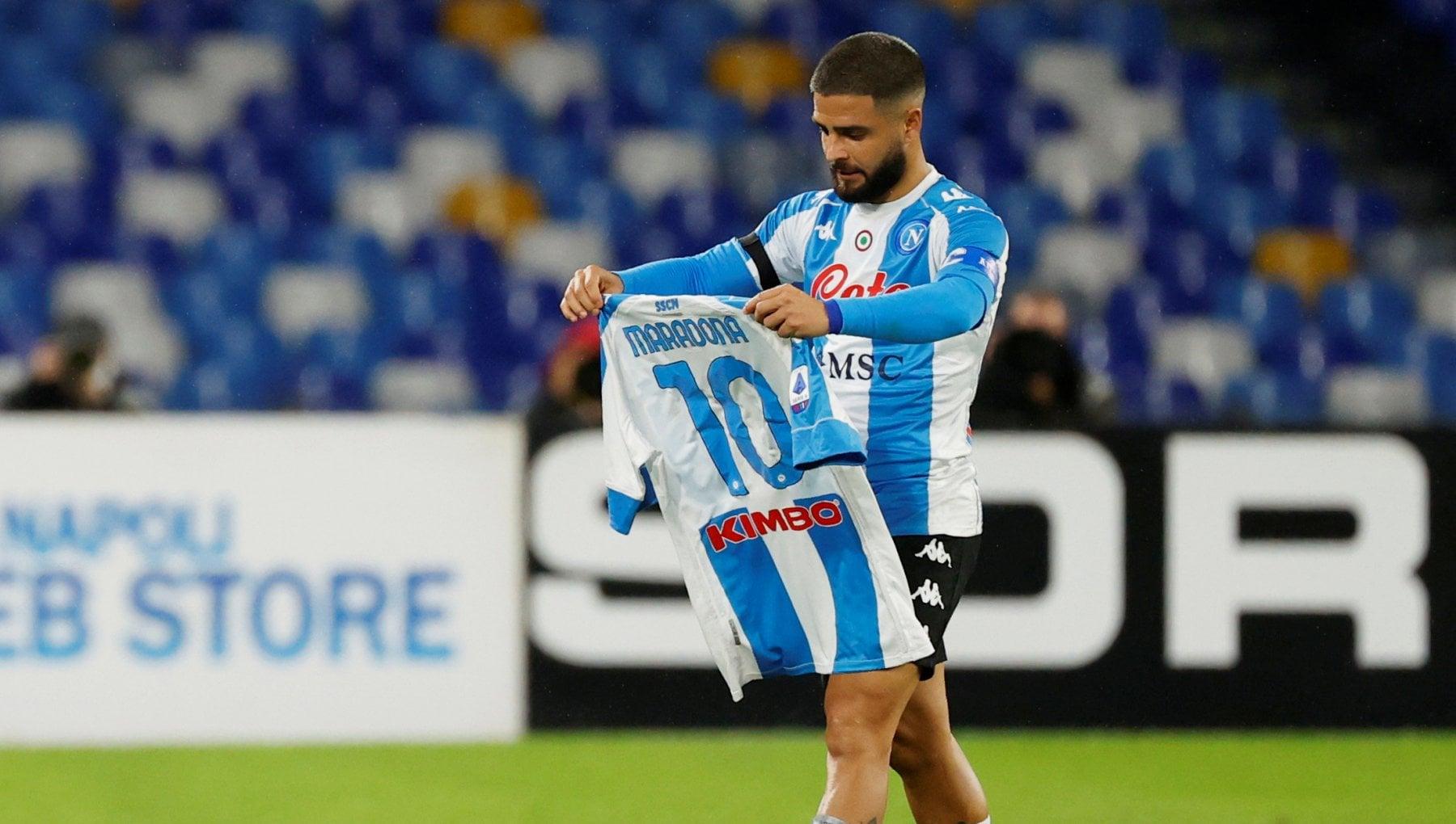 Napoli Roma 4 0 gli azzurri in maglia argentina onorano Maradona