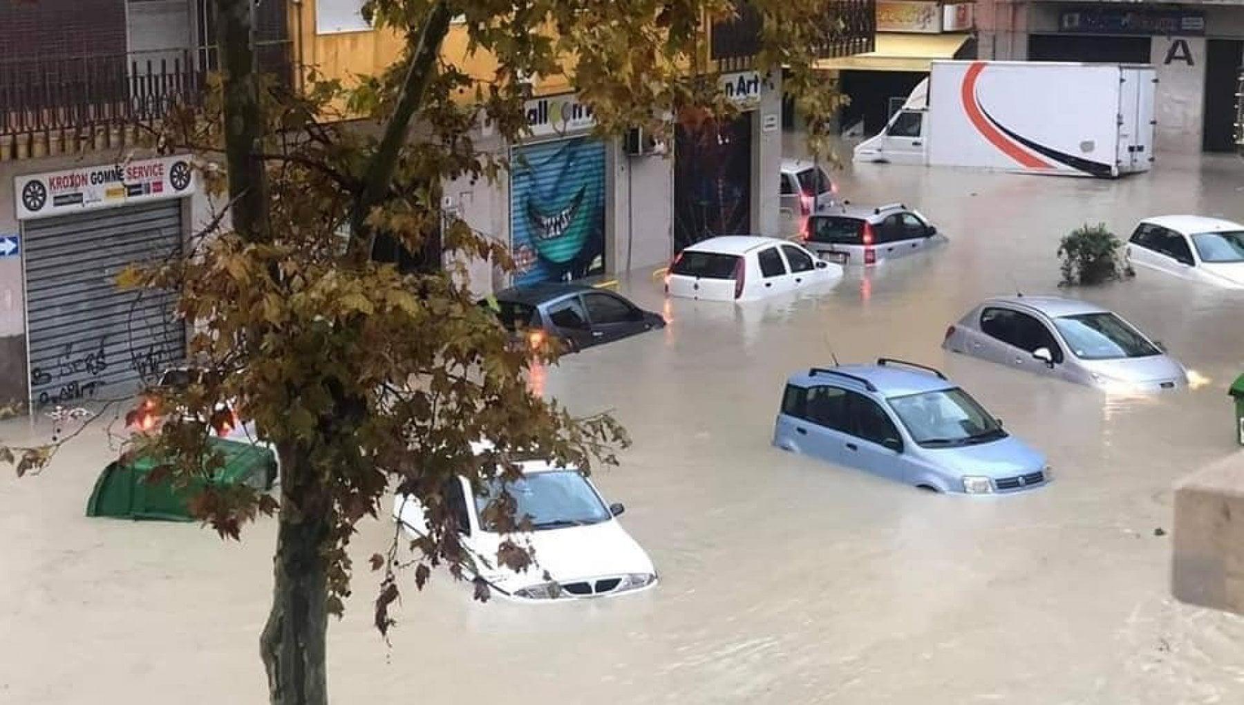 Nubifragio a Crotone citta invasa dallacqua