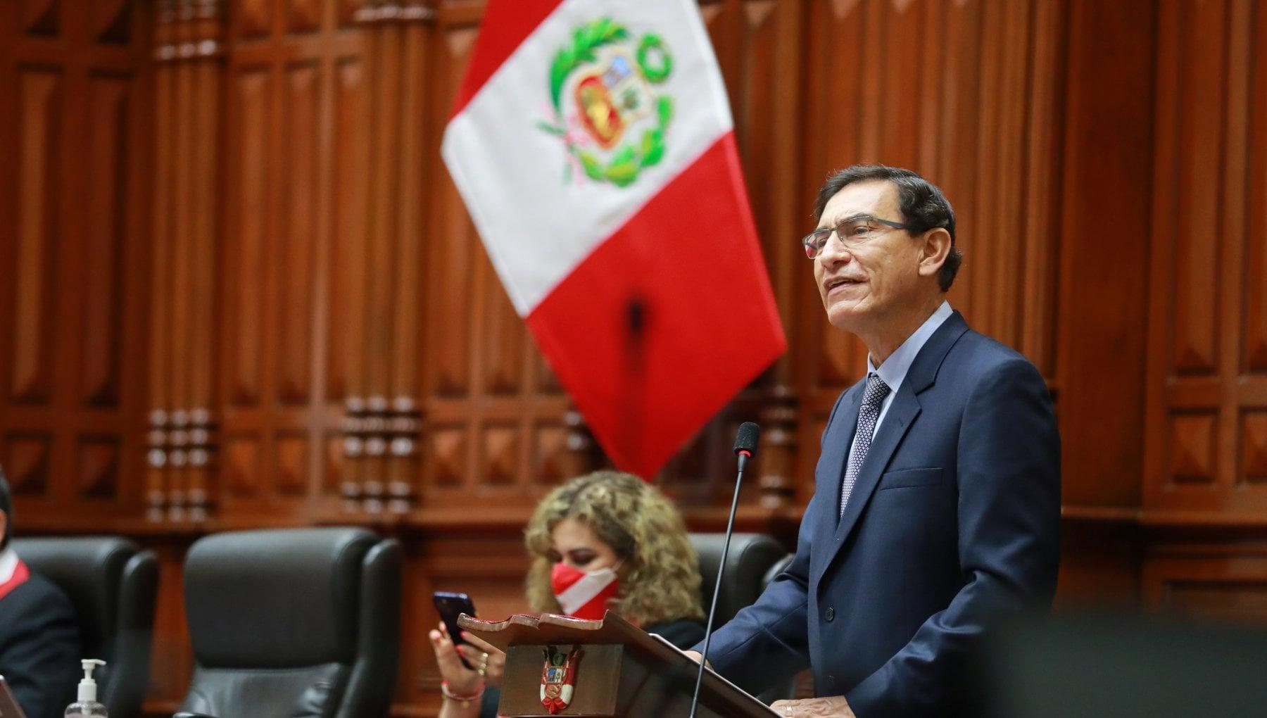 Peru il Congresso destituisce il presidente Vizcarra dopo le accuse per corruzione