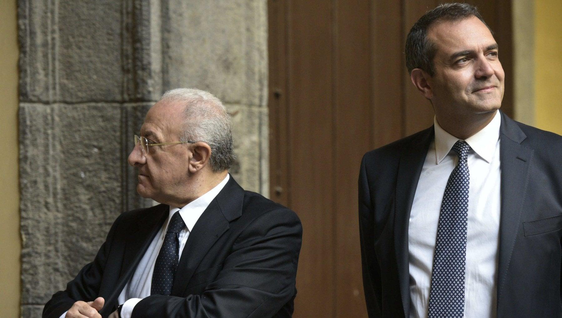 Quanto stona adesso il duello permanente tra i due vicere De Luca e De Magistris