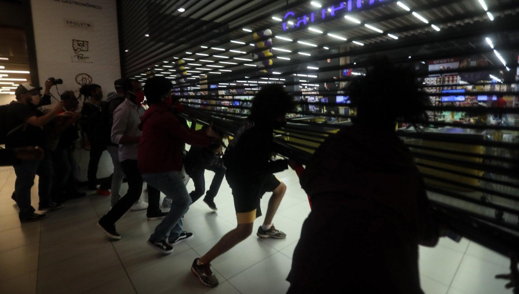 Quarantenne nero ucciso dai vigilanti di un supermercato scoppia la protesta in Brasile