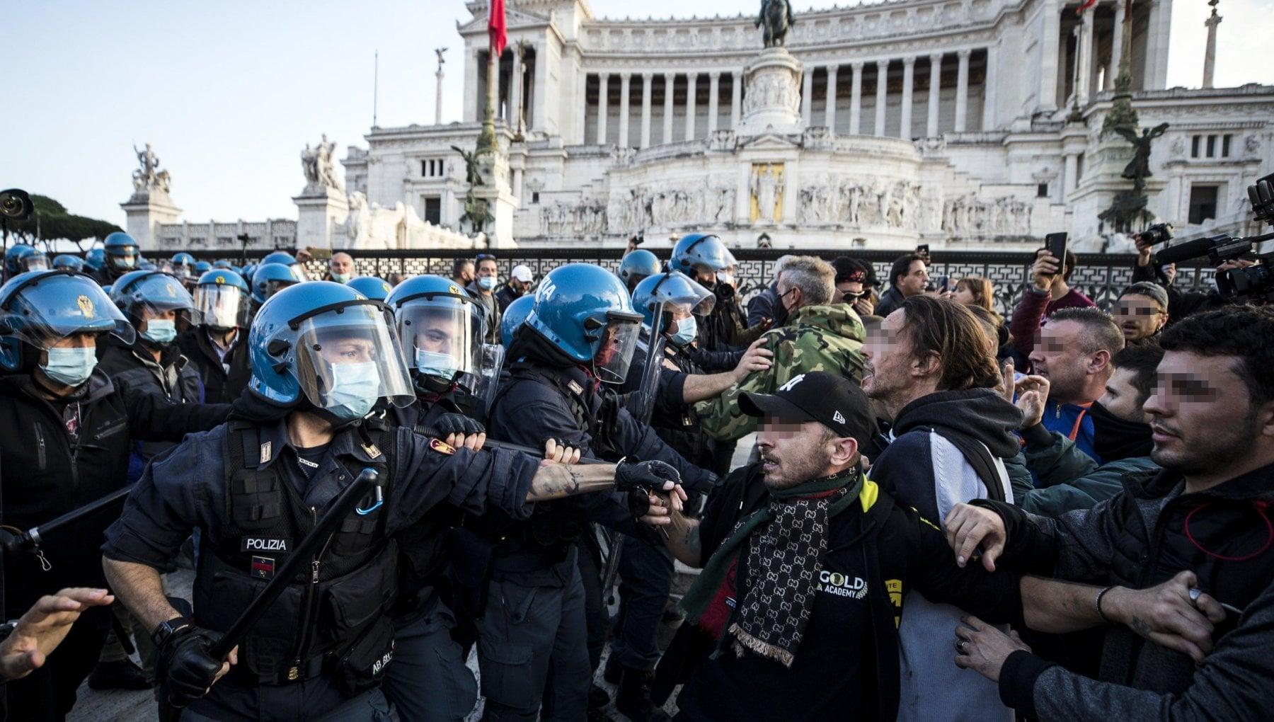 Roma in piazza Venezia la manifestazione non autorizzata di Forza Nuova e gilet arancioni fermati