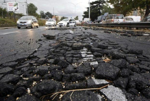 Roma lEsercito e 15 milioni di euro contro le buche lultima Caporetto di Virginia Raggi