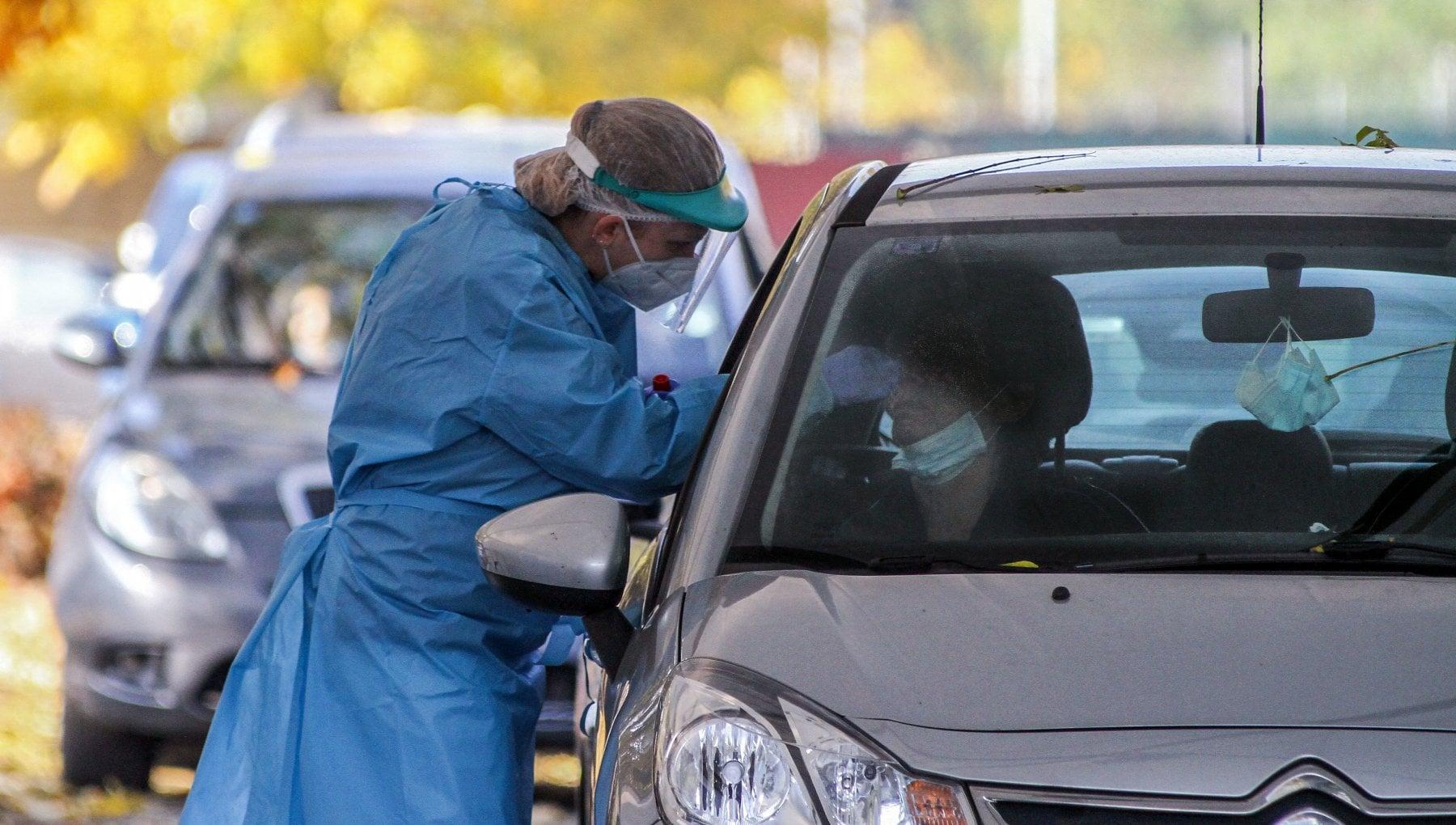 Sardegna il tampone e unodissea A 70 anni costretti a tre ore in viaggio con la febbre alta