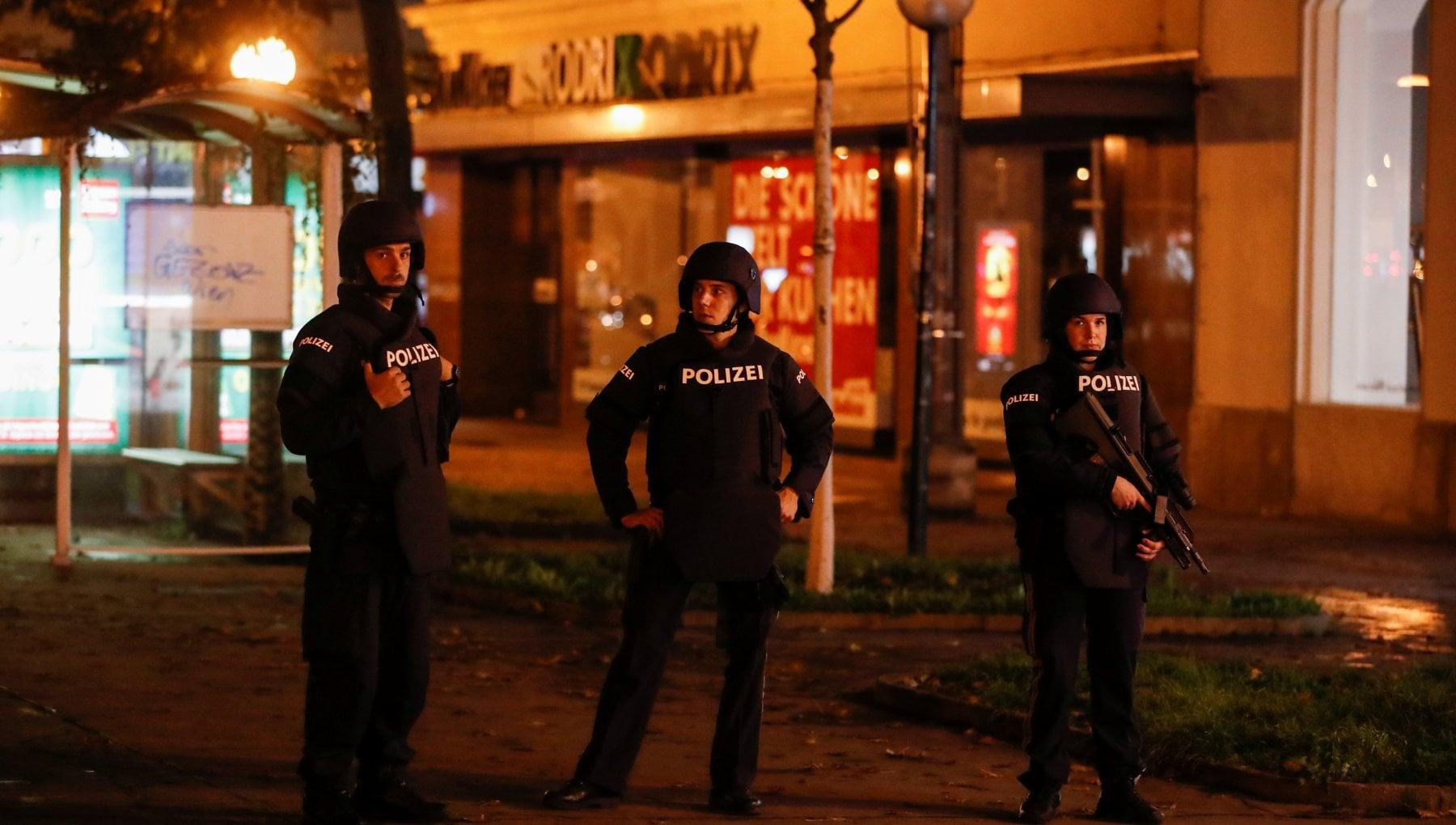 Vienna il ministro dellInterno Siamo ancora in pericolo domani scuole chiuse. Tenete i vostri figli in casa