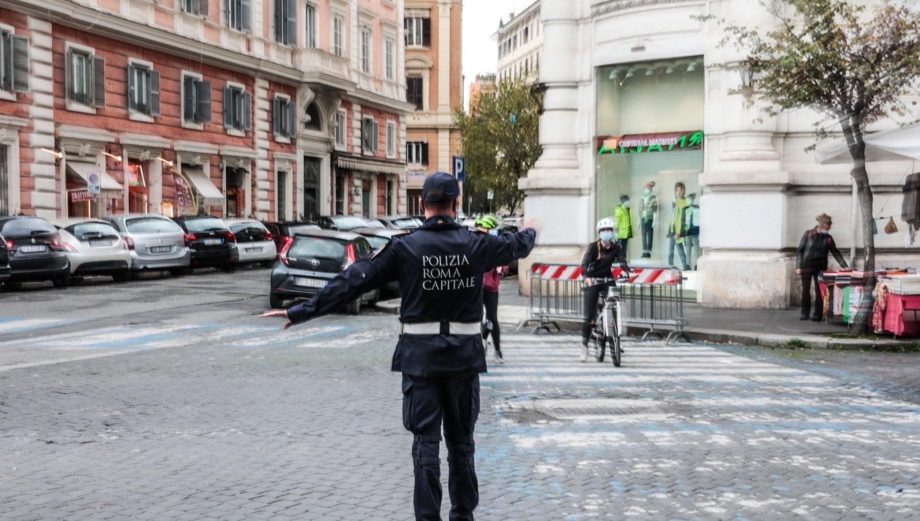 Vigili urbani a Roma le mani sulla citta. Dai set dei film ai controlli Covid