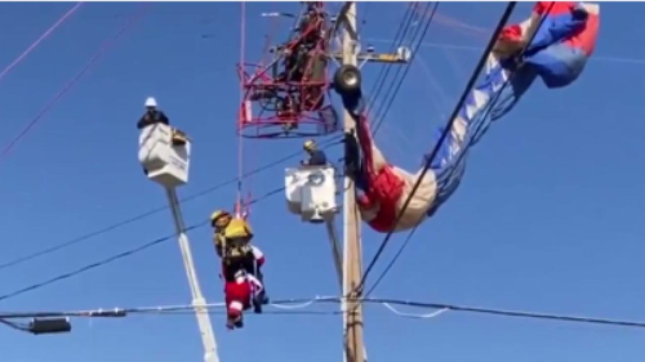Babbo Natale rimane impigliato nei fili della linea elettrica il salvataggio