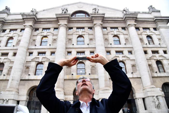 Borsa Milano tiene 05 bene Cnh Mediobanca ed Enel