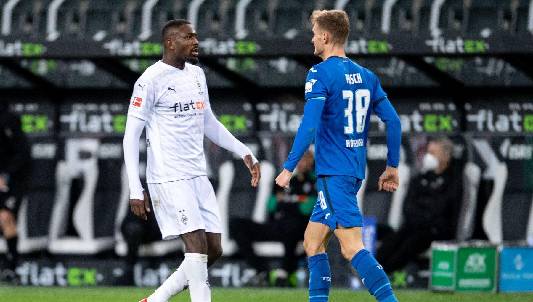 Borussia Moenchengladbach Thuram jr sputa in faccia a un avversario espulso