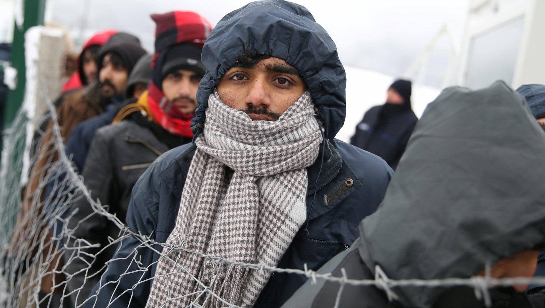 Bosnia centinaia di migranti bloccati nella neve senza cibo ne acqua. La denuncia delle ong E labisso dellumanita