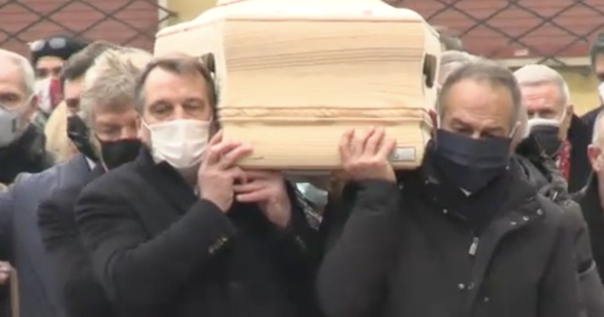 Chi siamo grazie a te. Addio Paolo Rossi gli eroi del 1982 portano il feretro una foto straziante che e gia Storia