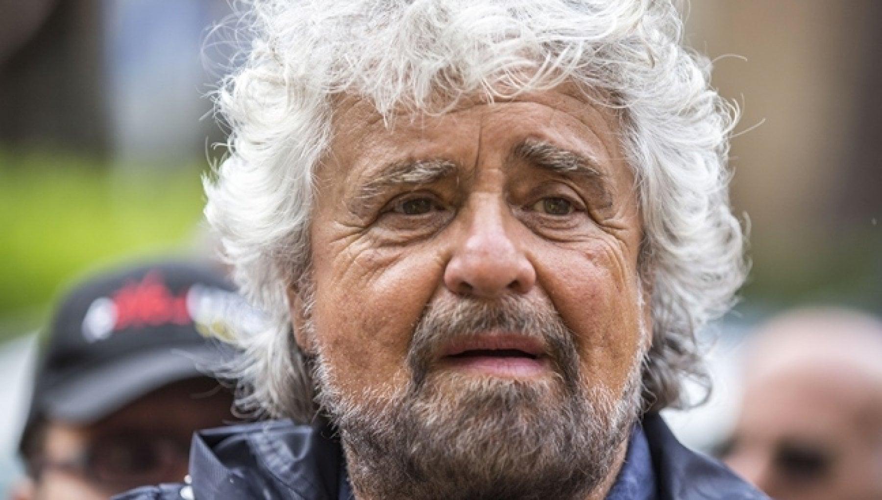 Coronavirus e vaccini la siringata unica di Beppe Grillo e quel filo spinato davanti a casa
