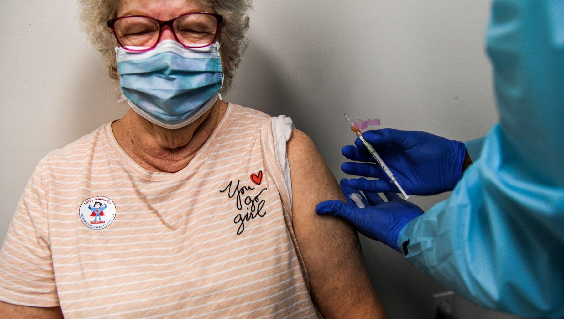 Coronavirus in Lombardia primi vaccini dal 4 gennaio per medici Rsa e forze dellordine si parte con 300 mila dosi